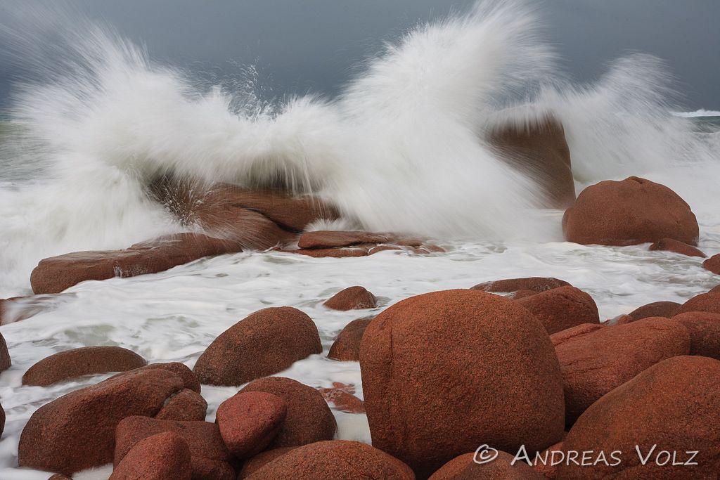 Brandung über Porphyr-Felsen / Surge over red Porphyr rocks